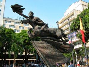 """""""Bolívar Desnudo"""". Realizada por el maestro Rodrigo Arenas Betancourt y erigida en 1963 en la Plaza de Bolívar de Pereira."""