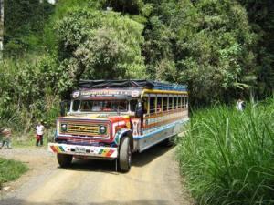 Chiva típica para viajar a zonas rurales de Pereira