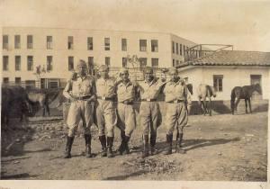 Soldados en el patio del edificio Eduardo santos