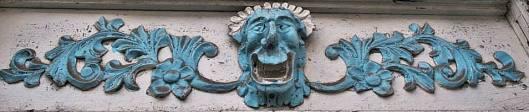 Mascarón tallado en portón de  Marsella. Casa de Emilio Giraldo. Fotografía de Evelio Aristizábal