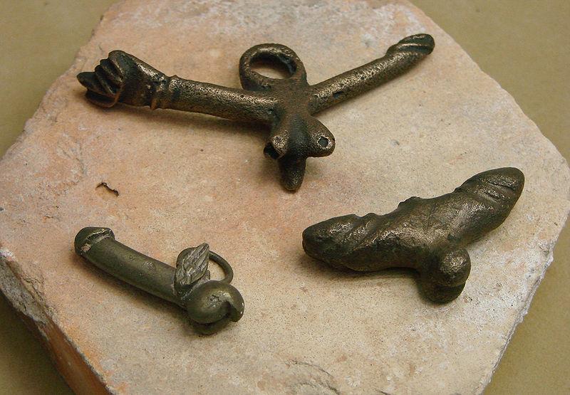 800px-Amulettes_phalliques_gallo-romaines_Musée_Saint-Remi_120208