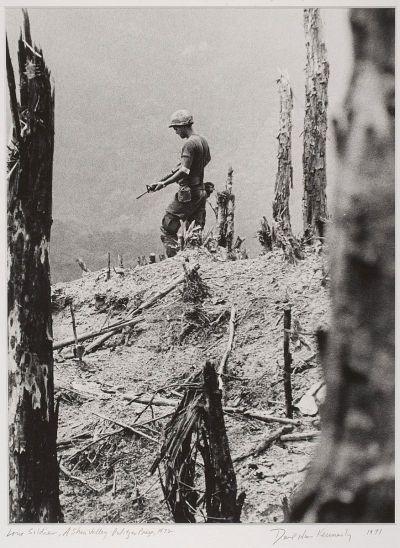 """Ishikawa estaba estacionado en Saigón y cubrió la guerra de Vietnam como reportero gráfico desde 1964 hasta 1968. Trabajó como fotógrafo de Asahi Shinbun de 1969 a 1984. A partir de 1984 trabajó como fotógrafo independiente. Después de 1984, Ishikawa continuó fotografiar en zonas de conflicto en todo el mundo, pero también es conocido por fotografías de la vida cotidiana, retratos, y Ryukyu Dance. En 1998, Ishikawa donó cerca de 250 fotografías con un enfoque en la guerra de Vietnam a ser parte de una exposición permanente en el Museo de Restos de la Guerra de Vietnam en Ho Chi Minh City. Ishikawa donó cerca de 270 fotografías de la ciudad de Okinawa """"cultura material después de la Segunda Guerra Mundial"""" sala de exposición se convierta en una exposición permanente.  http://elhurgador.blogspot.com/2015/03/aniversarios-fotografia-lxi-marzo-marzo.html"""